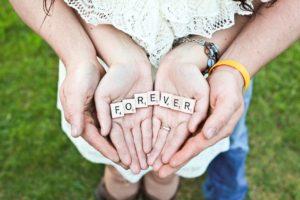 手のひらの上にFOREVERと書かれたブロック