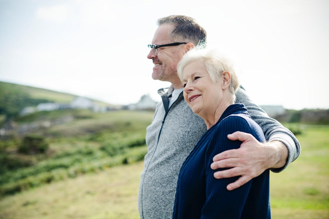 肩を寄せ合う老夫婦