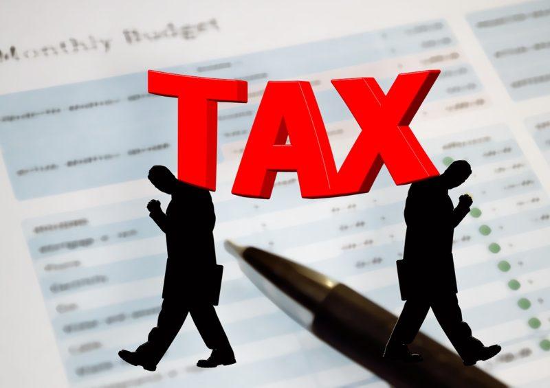 税金に悩む男性のシルエット