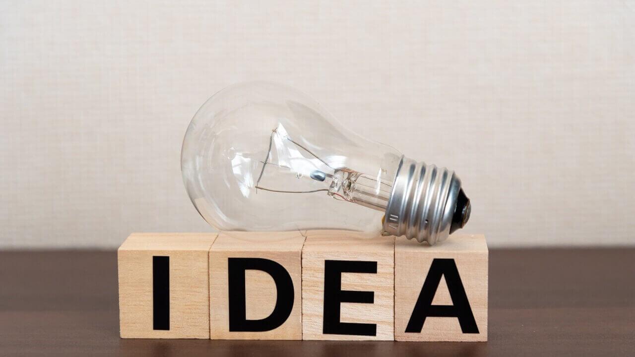 電球と木のブロックとアイデア